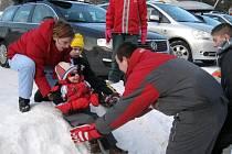 Děti si v Harrachově užívaly sněhu plnými doušky.