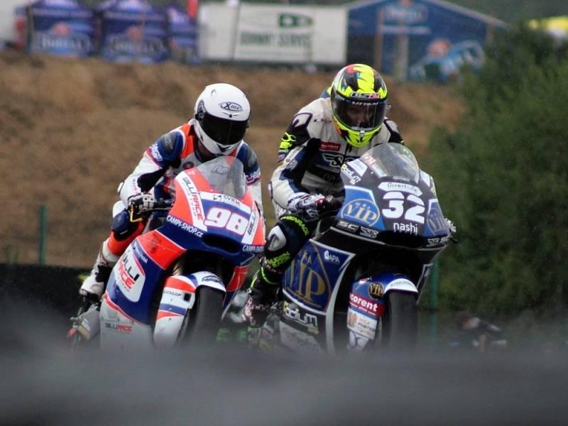 Karel Hanika (98) s Isaacem Vinalesem krátce před přerušením závodu Moto2.