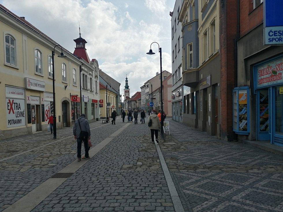 Ve Slaném se i při stále trvajícím lockdownu chová většina obyvatel ukázněně. Respirátory nosí předpisově i na ulicích.