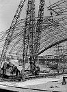 Stavba ocelové konstrukce střechy.