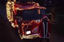 Hrající vánoční hasičské auto nasvícené tisíci žároviček.