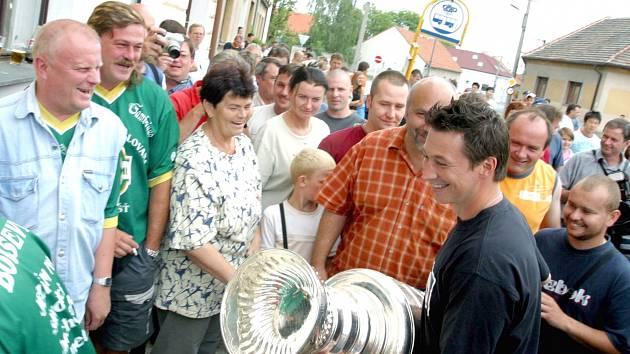 RADOST, kterou v roce 2006 měli ze Stanley Cupu obyvatelé Unhoště, kam ho přivezl obránce František Kaberle (na snímku), čeká dnes Kamenné Žehrovice. Se slavným pohárem sem odpoledne dorazí útočník Michael Frolík.