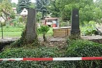 Zeď dělina zahrádkářskou kolonii od hřbitova, po jejím zbourání mají zahrádkáři nový výhled