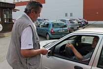 STÁNÍ na ploše vedle parkovacího domu bylo dosud za dvacku na den. Od pondělí zaplatí řidiči dvacet korun za hodinu stejně jako v domě.