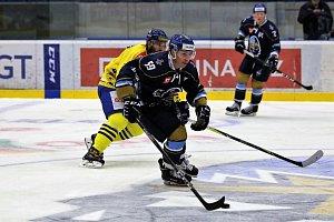 Kladno (v modrém) - Přerov, útočí Švéd Svedlund. V Přerově získal dva kanadské body, ale velkou šanci na 24:2 neproměnil