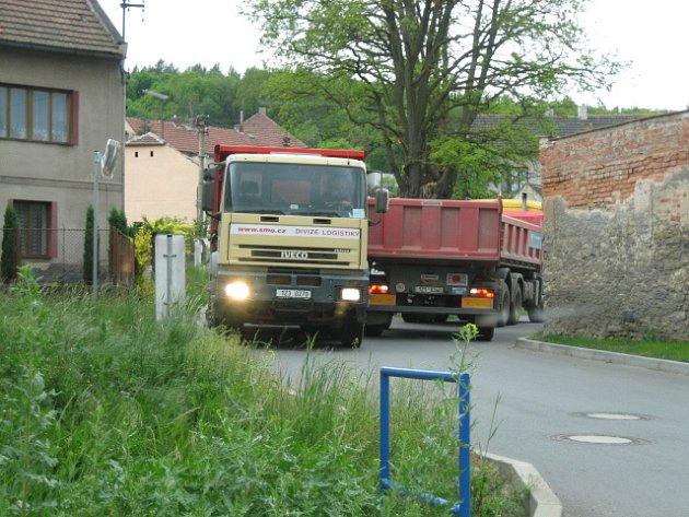 NÁKLADNÍ VOZIDLA projíždějící Otvovicemi, Zákolany i Kolčí silnice denně devastují, kdo zaplatí za jejich následné opravy zatím nikdo neví. Škody mohou dosáhnout milionů korun.