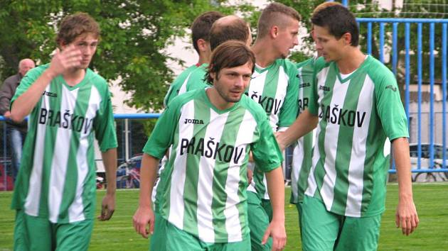 Radost fotbalistů Braškova po první brance do sítě Velké Dobré.