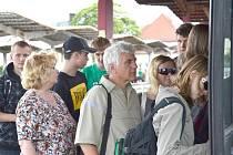 Na autobusovém nádraží nastupují lidé do svého spoje. Dočkají se ho i ve čtvrtek?