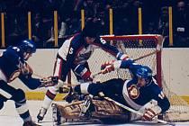 Na Štěpána v roce 1977 si Kladno zahrálo v Madison Square Garden: New York Rangers - Poldi Kladno 4:4. Padající Pouzar dal dvě branky. Foto: archiv Rytířů Kladno