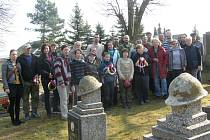 První jarní brigáda se uskutečnila na hřbitově v Libušíně.
