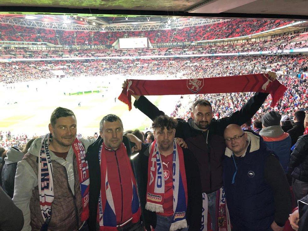 Stadion Wembley, 22. března 2019. Snímek od party fanoušků z Kladna.