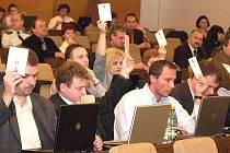Občanští i sociální demokraté označili udájnou opoziční dohodu za podvrh, který má obě strany poškodit před nadcházejícími komunálními volbami. Na druhou stranu, po celé volební období neměli při jednání zastupitelů významnější rozepře.