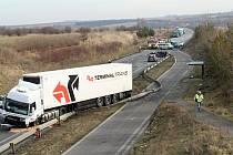 Tragická dopravní nehoda na I/7 v pondělí 10. února uzavřela komunikaci na dlouhé hodiny.