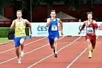 Matěj Krsek (ve žlutém) dobíhá do cíle dvoustovky v klubovém rekordu 20,94.