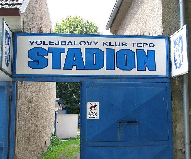 VSTUP do volejbalového areálu v Rozdělově zdobí po stranách znaky města Kladna a jeho současní uživatelé by si přáli, aby to tak bylo i do budoucna.
