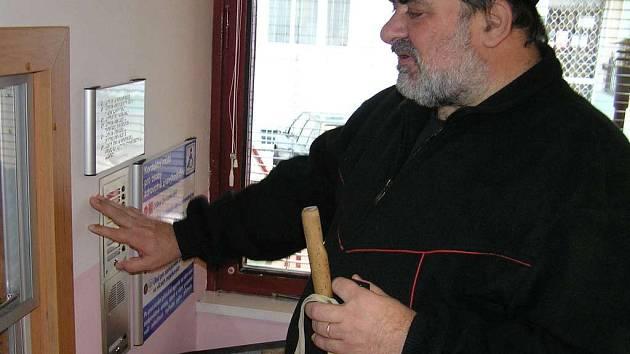 Nevidomý Miloš Burda z Kladna instalaci  orientačních hlasových majáčků v kladenských budovách velmi oceňuje.