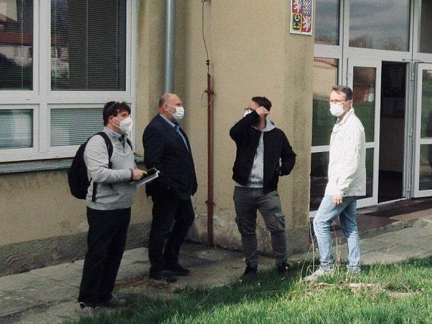 Radní Libor Lesák na snímku druhý zleva.