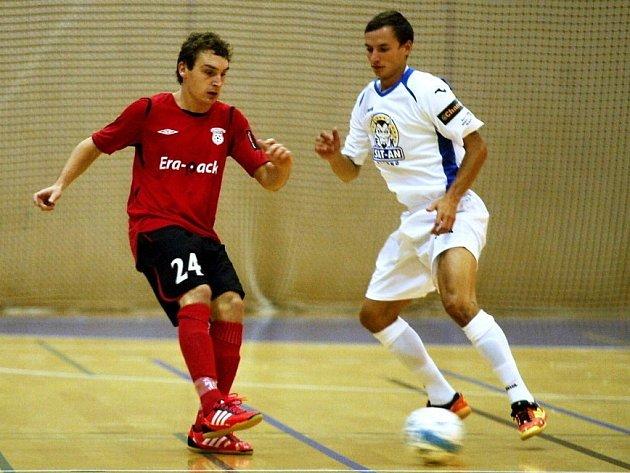 Michal Jaráb (vpravo) tráví sezonu v obraně Sokola Vraný, za satany si ale zaútočil a dal dokonce gól.
