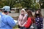 Čtvrteční testování v kladenském covid centru v areálu nemocnice.