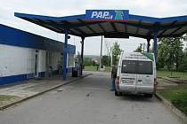Benzinovou čerpací stanici ve Zlonicích přepadla v květnu dvojice pachatelů hned třikrát.