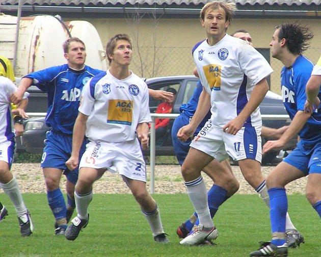 Opora fotbalového béčka SK Kladno Martin Samek (vlevo v bílém) pomáhala zdazně také sálovkářům Happy. V utkání proti Lirpoolu dokonce Samek skóroval.