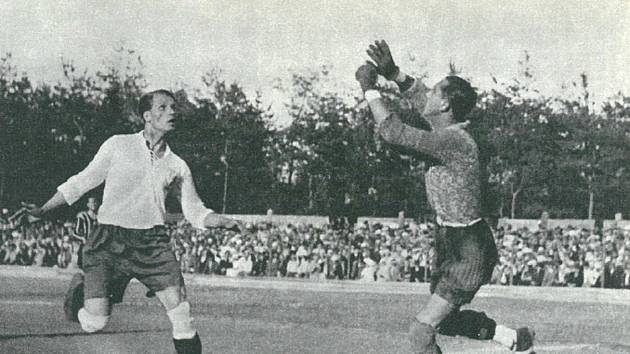 František Kloz atakuje brankáře.