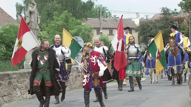 Průvod účastníků slavností obcí Královice.