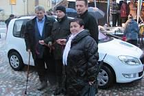 Klíčky od vozu převzala starostka Unhoště Lenka Mazuchová od zástupců sponzorů a středočeského hejtmana Josef Řiháka.