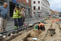 Odhalování základů Lounské brány ve Slaném v Husově ulici