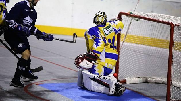Alpiq Kladno (v modrém) hostil ve večerním duelu Kovo Praha. Martin Kohout dává rozhodující gól.