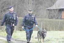 PRAVIDELNÉ PREVENTIVNÍ KONTROLY rekreačních oblastí si pochvalují především chataři. Policisté nedávno za přítomnosti psovodů kontrolovali oblíbené chatové oblasti na Unhošťsku, prošli například lokality v okolí Markova mlýna, Poteplí, Roučmídova mlýna a