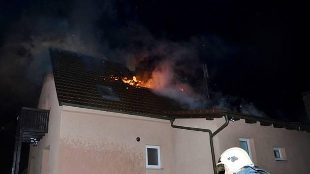 Blesk ve Lhotě zapálil střechu rodinného domu.