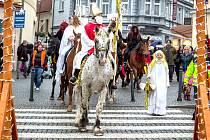 MIKULÁŠ V ČELE průvodu měl na hlavě biskupskou čepici a v ruce hůl.