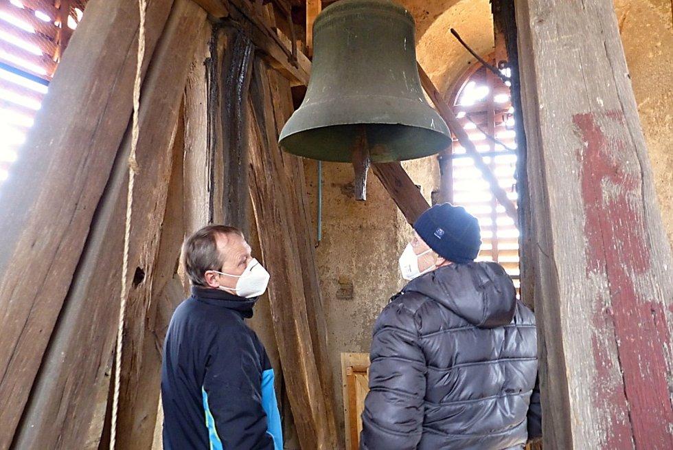 Historický zvon odlitý roku 1484 v Praze zvonařem mistrem Hanušem rozezněli i v Družci. Jako zvoníci se vystřídali starosta Zdeněk Kofent, Tomáš Carvan a kronikář Vladimír Drvota.