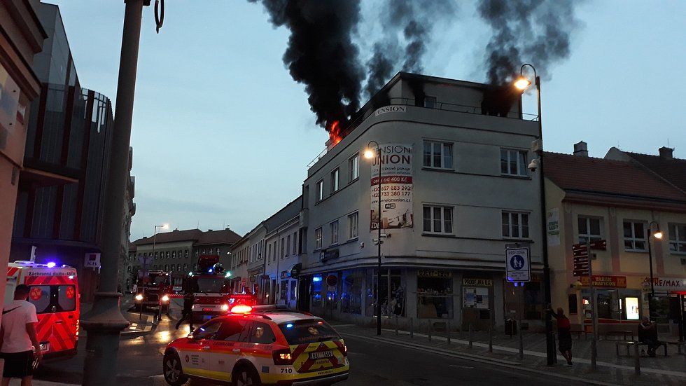 Penzion Union ve Slaném zahalily plameny, hasiči museli budovu evakuovat.