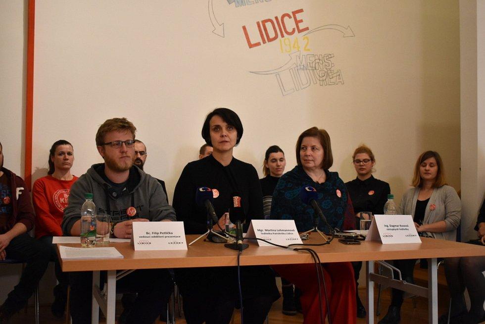 Záběry z úterní tiskové konference v Lidicích. Ředitelku Martinu Lehmannovou podporují zaměstnanci Památku i poslední přeživší lidická žena Jaroslava Skleničková.