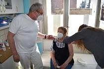 Zleva: Lékař Ľubomír Dulka, pacientka Drahomíra Štětinová a zdravotní sestra Nikola Koutná.