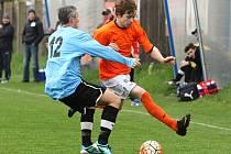 Zlonice (v oranžovém) v pěkném zápase podlehly doma první Hřebči 1:2.