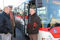 Rostislav Nosek - tvůrce jízdních řádů, místostarosta Slaného Jaroslav Hložek a ředitel ČSAD MHD Kladno Ludomír Landa společně s pracovníky slánského úřadu projeli stávající trasu autobusů ve Slaném.