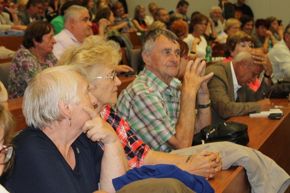 Divadelníci i veřejnost přišli bojovat za divadlo do Kokosu.