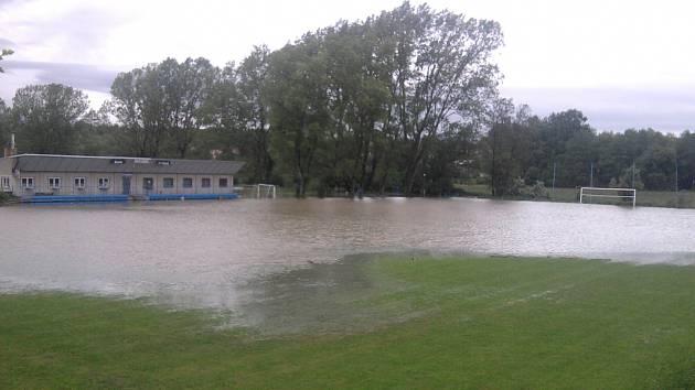 Zatopené fotbalové hřiště v Kačici.