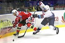Kladno (v bílém) po velké obratu porazilo v hokejové extralize Pardubice 3:2.