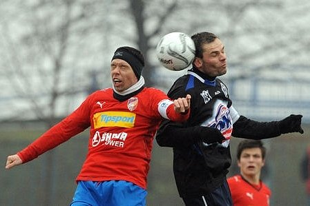 Plzeňská hvězda Pavel Horváth (vlevo) v souboji s autorem třetího kladenského gólu Pavlem Bartošem.