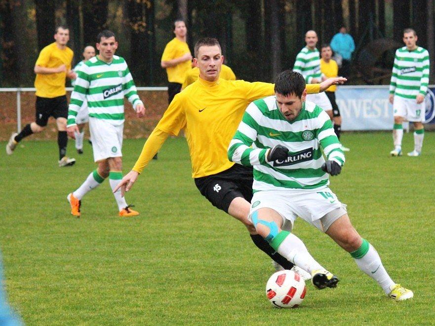 Lhota - Tuchlovice 0:0. Domácí špílmachr Havelka (vpravo) v souboji s Hafenrichterem.