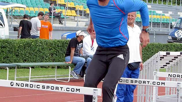Roman Šebrle při  tréninku překážek