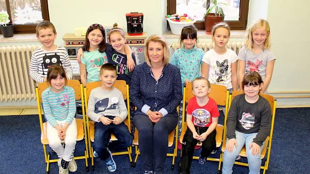 První třída spolu s třídní učitelkou Evou Vostřákovou.