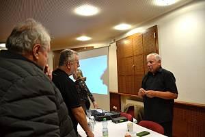 Stanislav Motl vyprávěl ve Slaném o zmizelém pokladu.