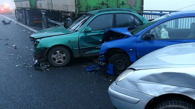 Hromadná nehoda na silnici R6 u Unhoště na Kladensku ve čtvrtek 15. listopadu 2012.