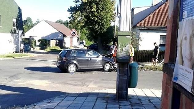 Nehoda se stala na křižovatce slánských ulic Jungmannova a Mánesova.