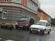 V úterý krátce před šestnáctou hodinou se stala na křižovatce ve Wilsonově ulici ve Slaném nehoda dvou vozidel. Střetla se zde motorka-skútr s dodávkou značky Mercedes.